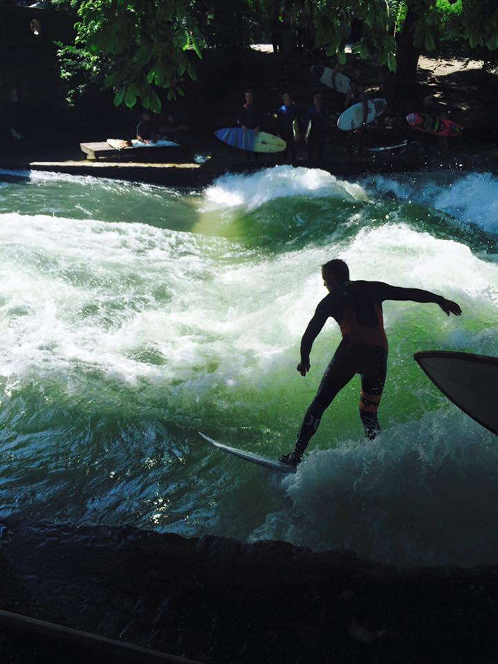 Surfer am Eisbach in München