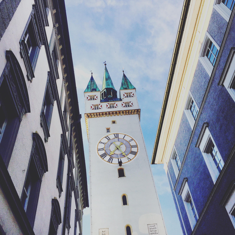 Häuserschlucht - der Stadtturm in Straubing