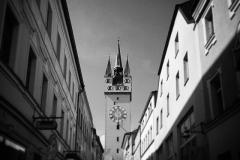 Stadtturm Straubing in der Häuserschlucht